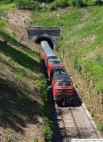 BR 218 mit Zugen/72580/218-495-0-kommt-mit-re-19612 218 495-0 kommt mit RE 19612 aus dem Sulzauer Tunnel mit seinem Umleiter auf dem Weg nach Tübingen heraus. (24,05,2010)