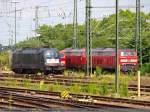 br-182-dispoes-64-u2/82844/es-64-u2-001--181- ES 64 U2-001 + 181 ? + 218 432-2 / 218 ? stehen nebeneinander auf dem Gleisvorfeld im Stuttgarter Hbf. (18,07,2010)