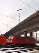 br-1851-dbtraxx-f140-ac1/54330/185-260-7-steht-mit-189-061-5 185 260-7 steht mit 189 061-5 und den seit Freitag ruhenden 140 am Gleis 16. 185 203 hat  die runde verlassen und setzt sich vor leere Falns ums sie abzufahren. (15,02,2010)