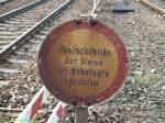 bahnschilder-werbeplakate-und-ahnliches/51234/warnschild-zwischen-gleis-2-und-3 Warnschild zwischen Gleis 2 und 3 am ende des Bahnsteiges 2  in richtung Nürtingen/Tübingen. (03.12.2009)