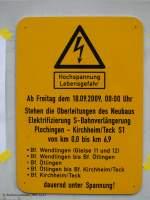 bahnschilder-werbeplakate-und-ahnliches/51236/warnschild-fuer-unter-spannung-stehende-oberleitung Warnschild für unter Spannung stehende Oberleitung zwischen Wendlingen am Neckar und Kirchheim unter Teck. (12.12.2009)